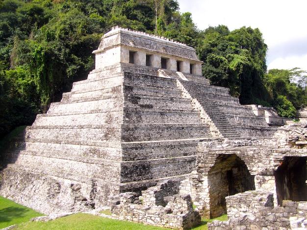 Chichen itza, eines der neuen 7 weltwunder in chichen itza, mexiko. seitenansicht