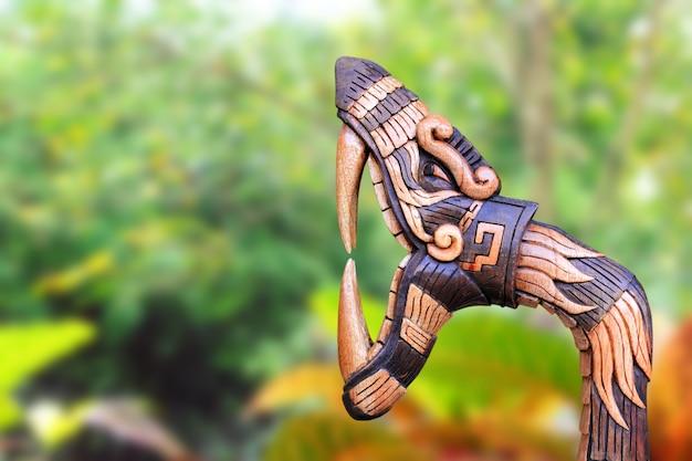 Chichen itza-schlangensymbolholz handcraft mexiko