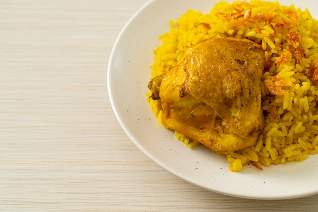 Chicken biryani oder curryreis und hühnchen. thai-muslimische version des indischen biryani, mit duftendem gelben reis und hühnchen. muslimischer essensstil