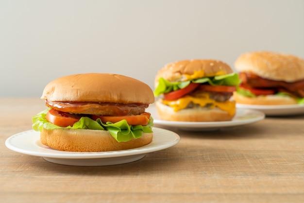 Chicken burger mit sauce auf weißem teller
