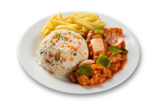 Chicken chow mein ist ein beliebtes orientalisches gericht, das bei chinesischen imbissbuden erhältlich ist. chinesisches essen.