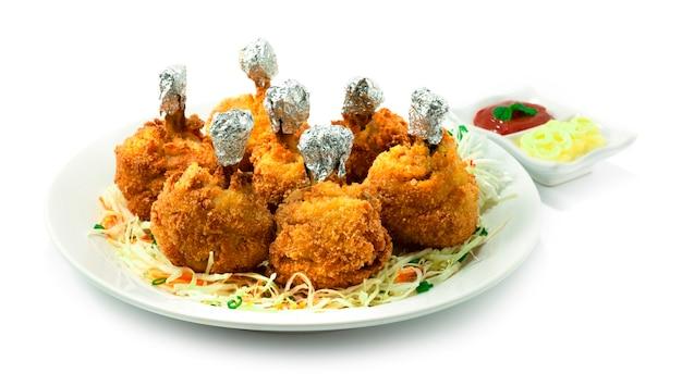 Chicken lollipops japanese food style frittierte vorspeisen gericht köstlich lecker serviert mayonnaise und tomatensauce dekoration mit gemüse seitenansicht
