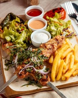 Chicken lula pommes frites salat seitenansicht