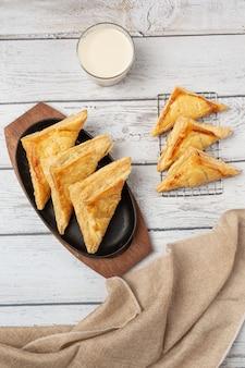 Chicken pie oder kurnik, die wunderschön auf dem tisch dekoriert ist.