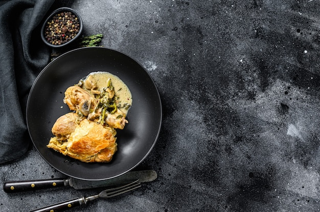Chicken pot pie in einem teller