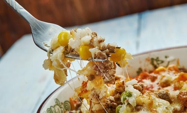 Chicken pot pie rice casserole nahaufnahme, hühnchen, gemischtes gemüse, cheddar, hühnchencreme, sauerrahm und reis