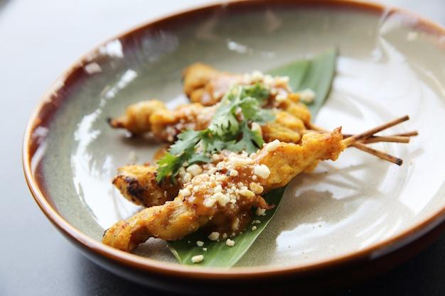 Chicken satay, sate ayam und lontong mit erdnusssauce