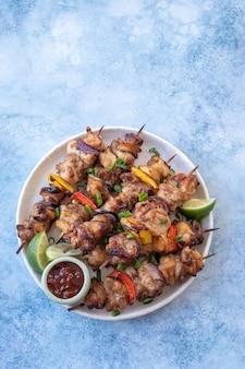 Chicken shish kebabs mit paprika und zwiebeln