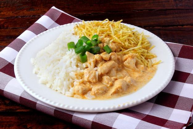 Chicken stroganoff ist ein gericht aus der russischen küche.