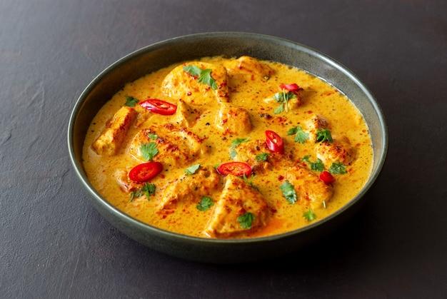 Chicken tikka masala curry mit kräutern und paprika. indisches essen. nationale küche.
