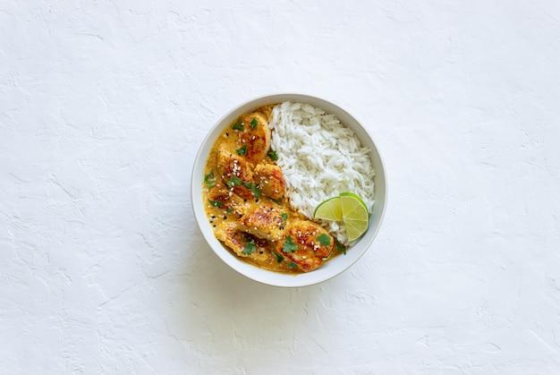 Chicken tikka masala curry mit reis, kräutern und paprika. indisches essen. nationale küche.