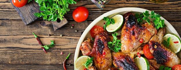 Chicken wings vom grill in süß-saurer sauce. picknick. sommermenü. leckeres essen. ansicht von oben. flach liegen