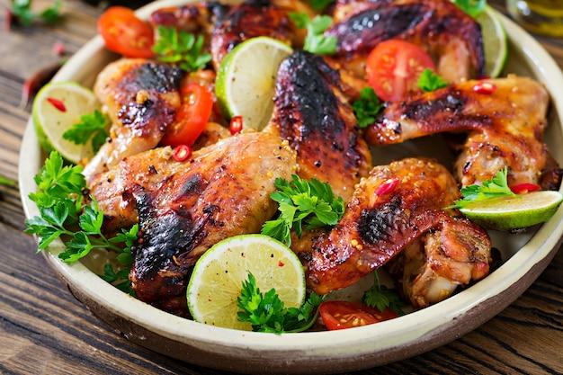 Chicken wings vom grill in süß-saurer sauce. picknick. sommermenü. leckeres essen