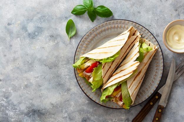 Chicken wrap sandwich mit pittabrot und gemüse. leckeres gesundes essen, hausmannskost