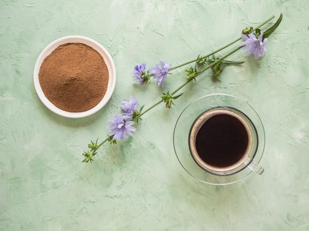 Chicorée kaffee. ein ersatz für traditionellen kaffee, ein kräutergetränk aus den wurzeln von chicorée. draufsicht.