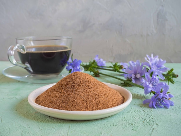 Chicorée kaffee. ein ersatz für traditionellen kaffee, ein kräutergetränk aus den wurzeln von chicorée