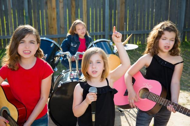 Chidren sängerin mädchen singen live-band im garten spielen