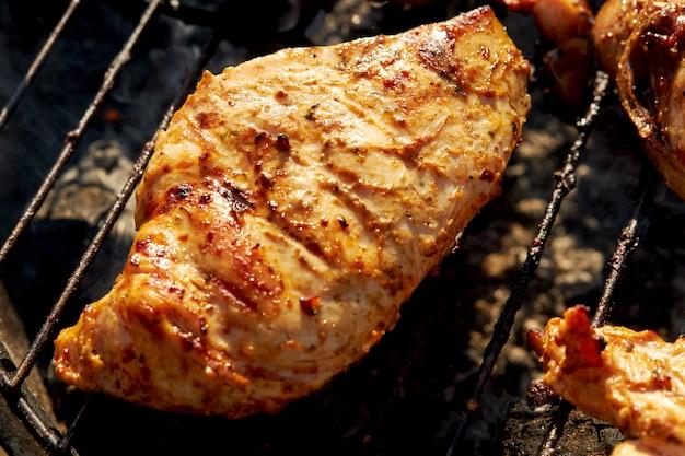 Chiken grill auf einem grill, der offenes feuer frühlingssommerzeit röstet