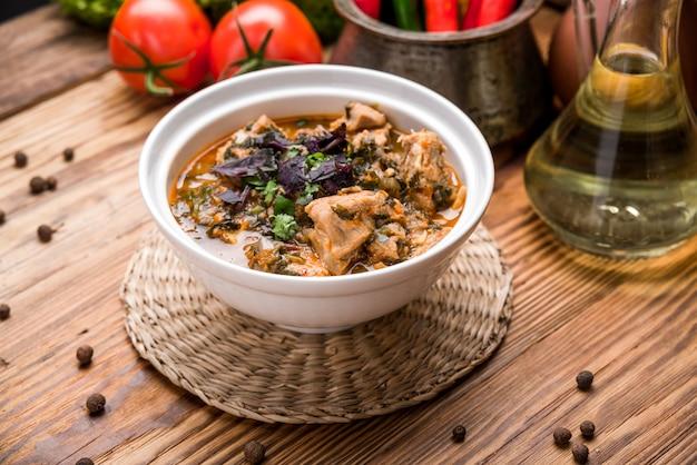 Chikhirtma - traditionelle georgische suppe. gemacht mit reichhaltiger hühnerbrühe