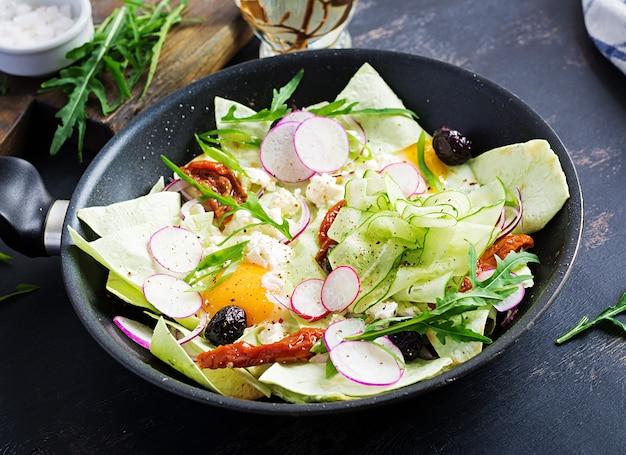 Chilaquiles (in mexikanischer küche) ein gericht aus gebratenen tortillastreifen mit eiern und käse. mexikanische nahrung. mexikanisches frühstück.