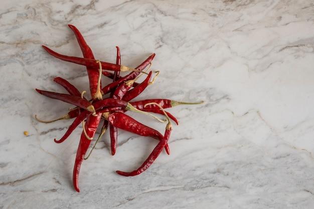 Chile de arbol oder getrocknete chilischoten auf einer marmorbar mit platz für text