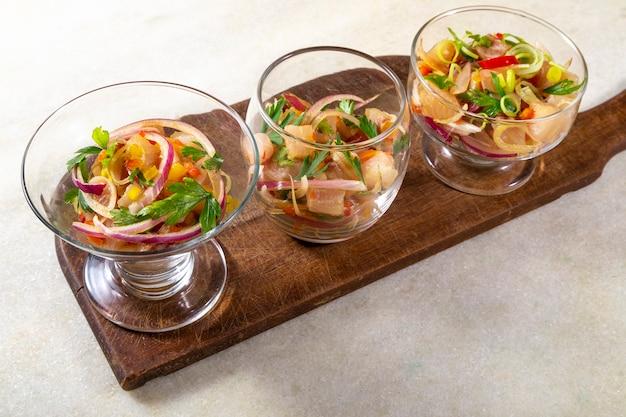 Chilean salmon seviche. frischer roher lachs mariniert mit lila zwiebeln, koriander in zitronensaft ..