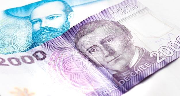Chilenische peso-banknoten isoliert auf weißem hintergrund für chilenische wirtschafts- und finanzkonzepte