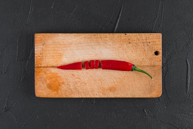 Chili auf holzbrett