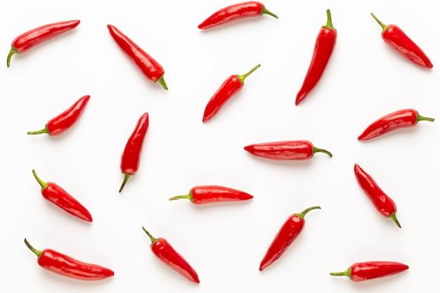 Chili cayennepfeffer auf weißem tisch.