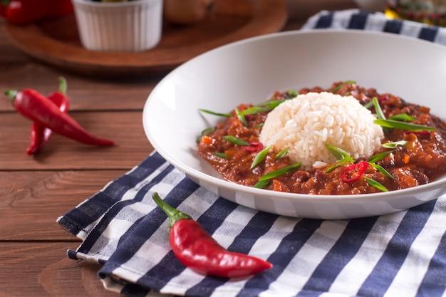 Chili con carne in einer weißen platte.