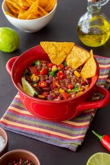 Chili con carne mit nachos-chips. mexikanische nahrung. nationale küche.