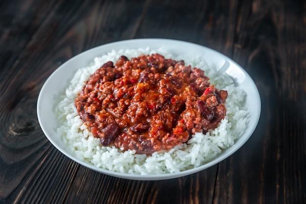 Chili con carne serviert mit weißem reis