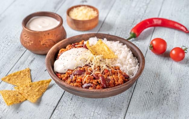 Chili mit fleisch serviert mit weißem reis