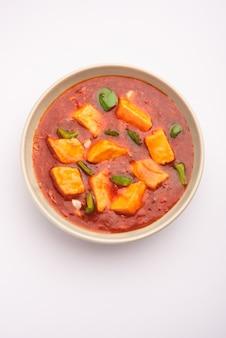 Chili paneer oder würziger hüttenkäse, serviert in einer schüssel mit paprika und zwiebeln, beliebtes indisches vorspeisemenü