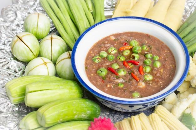 Chili paste garnelenpaste (nam prik kapi). essen mit frischem gemüse und makrelen. essen thailand