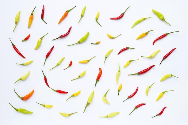 Chili peppers auf weißem hintergrund.