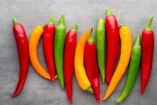 Chili-pfeffer auf dem grau.