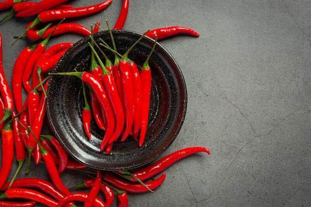 Chili-pfeffer auf dunkler oberfläche