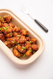 Chili-wasserkastanie, knusprige indo-chinesische vorspeise oder snacks aus singada