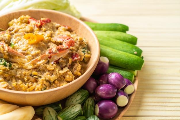 Chilipaste mit krabben oder krabben-soja-dip mit kokosmilch und gemüse köcheln lassen