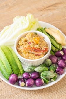 Chilipaste mit krabben oder krabben und sojadip mit kokosmilch und gemüse köcheln lassen