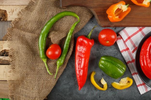 Chilis auf einer sackleinen auf einem stück holz.