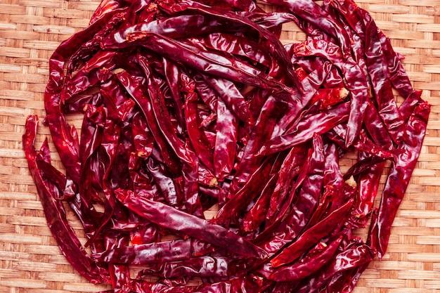 Chilis trocknen im webkorb