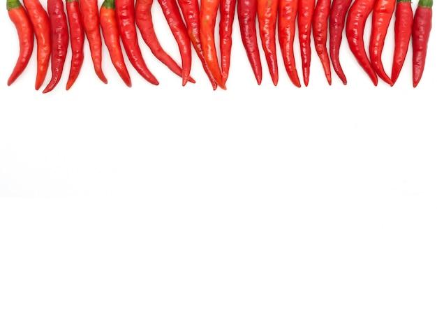 Chilischoten auf weißem hintergrund