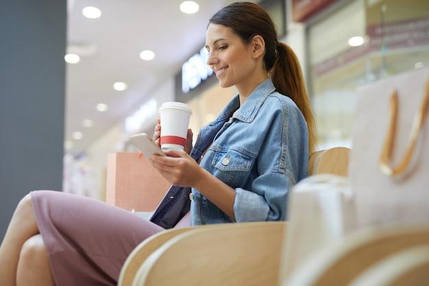 Chillen mit kaffee im einkaufszentrum