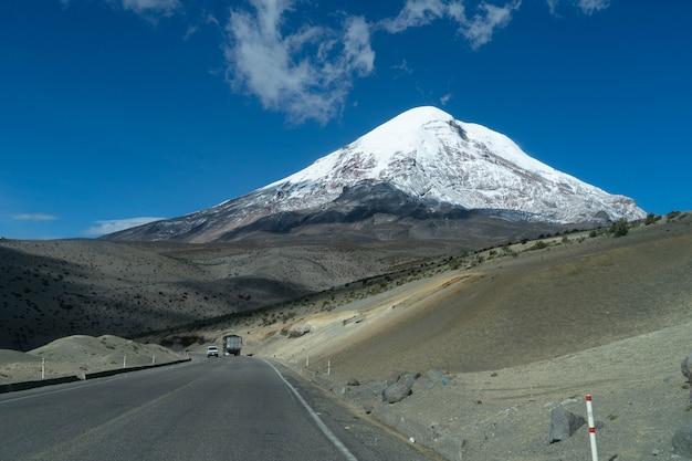 Chimborazo vulkan mit schnee bedeckt