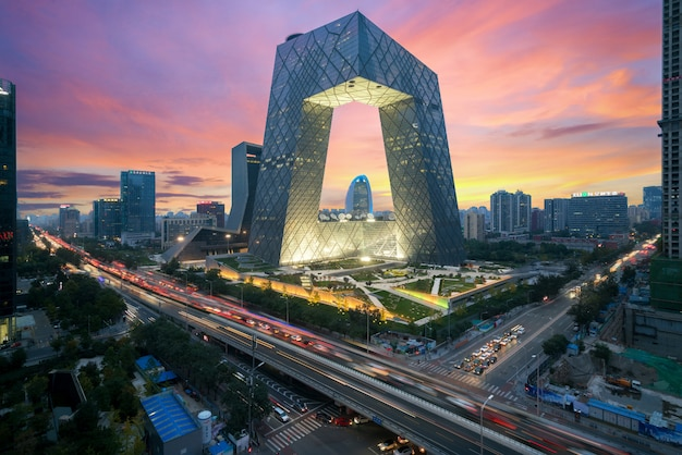 China beijing city. die nacht des gebäudes des china central television (cctv) ist in peking (china) sehr spektakulär.