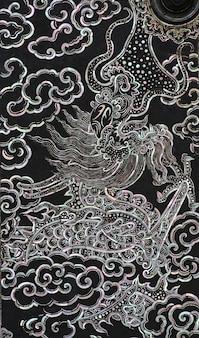 China dragon an der tür im thailändischen tempel