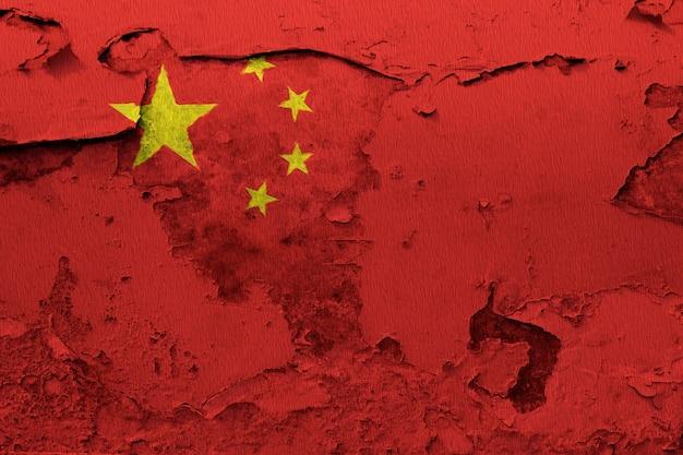 China-flagge, die auf schmutz gemalt wurde, knackte wand