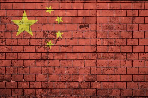 China-flagge wird auf eine alte backsteinmauer gemalt